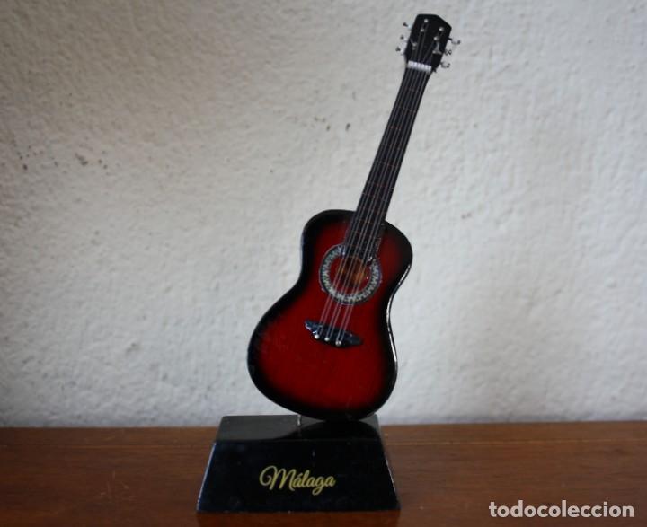 GUITARRA ESPAÑOLA DE MADERA CON PINTURA ESMALTADA REPRODUCCION EN MINIATUARA – RECUERDO MALAGA (Música - Instrumentos Musicales - Guitarras Antiguas)