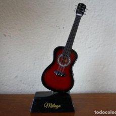 Instrumentos musicales: GUITARRA ESPAÑOLA DE MADERA CON PINTURA ESMALTADA REPRODUCCION EN MINIATUARA – RECUERDO MALAGA. Lote 234563785