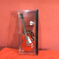 Instrumentos musicales: GUITARRA ELÉCTRICA MINIATURA - INSTRUMENTO MUSICAL ESCALA 1:4 MATERIAL: MADERA.METAL Y PLÁSTICO.. Lote 234807245