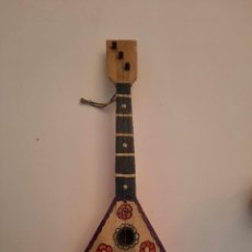 Instrumentos musicales: UKELELE O BALALAIKA.TRES CUERDAS. 34 X 13 CM. YUGOSLAVIA , 1974.. Lote 235458400