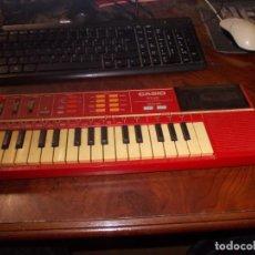 Instruments Musicaux: CASIO PT-82 ROJO CON ROM PACK RO-551, PROBADO CON PILAS FUNCIONA PERFECTAMENTE, NECESITA LIMPIEZA A. Lote 235557990