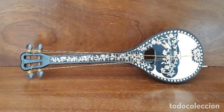 MANDOLINA MINIATURA CAJA MUSICAL CUERDA FUNCIONA - PINTADA A MANO - IGNORO MATERIAL- PERFECTO ESTADO (Música - Instrumentos Musicales - Cuerda Antiguos)