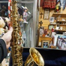 Instrumentos musicales: ANTIGUO SAXOFON CONN - MALETA Y ACCESORIOS - TIENE PICADOS EN EL DORADO - FUNCIONA BIEN. Lote 241384655