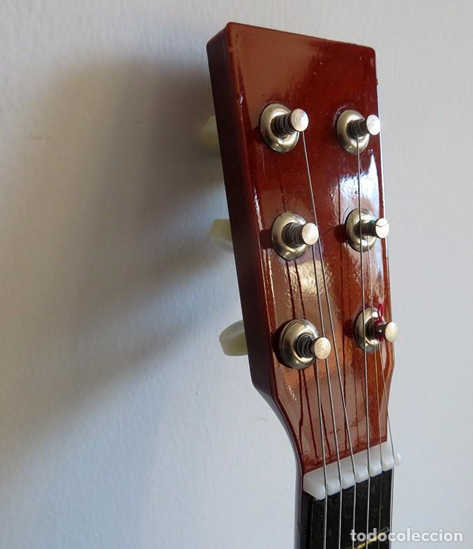 Instrumentos musicales: Guitarra de juguete. Caja y mastil de madera. 59 cm largo x 20 cm ancho. Buen estado - Foto 6 - 243253200