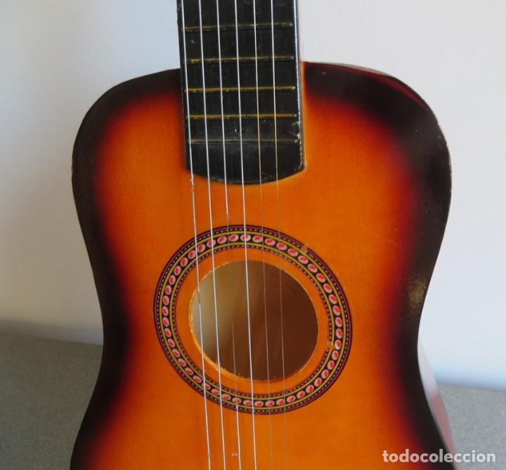 Instrumentos musicales: Guitarra de juguete. Caja y mastil de madera. 59 cm largo x 20 cm ancho. Buen estado - Foto 8 - 243253200