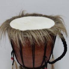 Instrumentos musicales: TAMBOR AFRICANO O BONGO ETNICO. DIBUJOS A MANO. CON PELO Y PLUMAS.. Lote 244192020