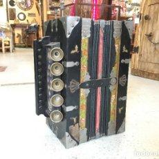 Instrumentos musicales: ACORDEÓN ANTIGUO DE MADERA. MEINEL & HEROLD HARMONICA FABRIK. MEDIDA 33 X 28 X 17 CM.. Lote 244991560