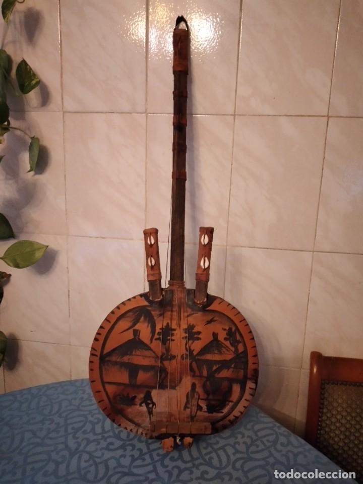 ANTIGUA KORA AFRICANA HECHA DE CALABAZA,CUERO DE CABRA,MADERA Y CONCHAS,PINTADA A MANO (Música - Instrumentos Musicales - Cuerda Antiguos)
