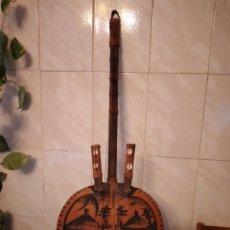 Instrumentos musicales: ANTIGUA KORA AFRICANA HECHA DE CALABAZA,CUERO DE CABRA,MADERA Y CONCHAS,PINTADA A MANO. Lote 246144685