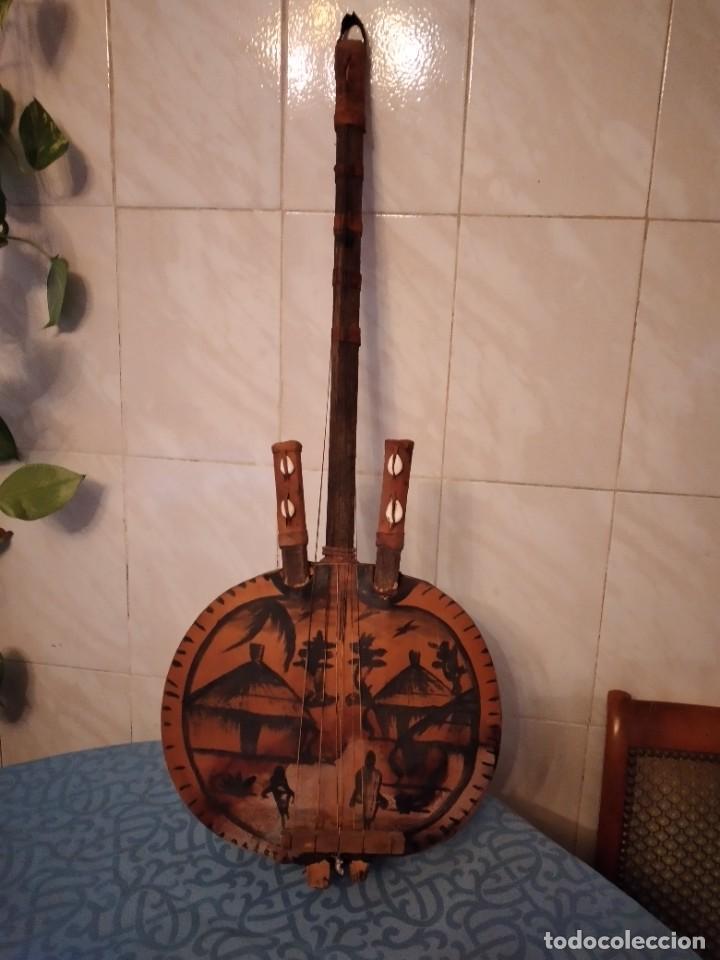 Instrumentos musicales: Antigua kora africana hecha de calabaza,cuero de cabra,madera y conchas,pintada a mano - Foto 2 - 246144685
