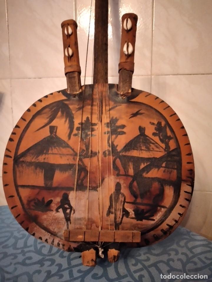 Instrumentos musicales: Antigua kora africana hecha de calabaza,cuero de cabra,madera y conchas,pintada a mano - Foto 3 - 246144685