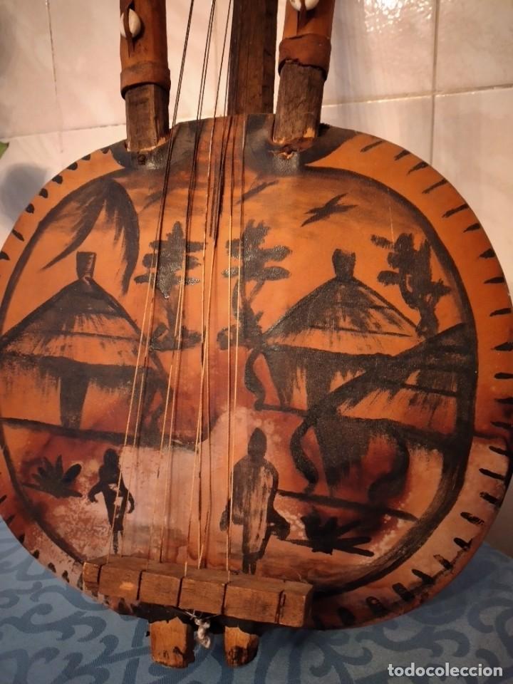 Instrumentos musicales: Antigua kora africana hecha de calabaza,cuero de cabra,madera y conchas,pintada a mano - Foto 4 - 246144685