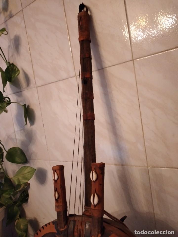 Instrumentos musicales: Antigua kora africana hecha de calabaza,cuero de cabra,madera y conchas,pintada a mano - Foto 5 - 246144685