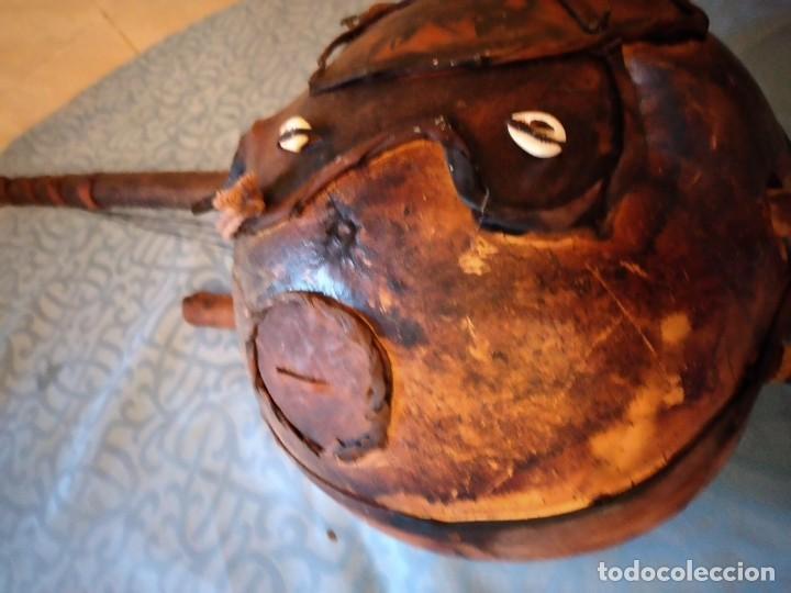 Instrumentos musicales: Antigua kora africana hecha de calabaza,cuero de cabra,madera y conchas,pintada a mano - Foto 8 - 246144685