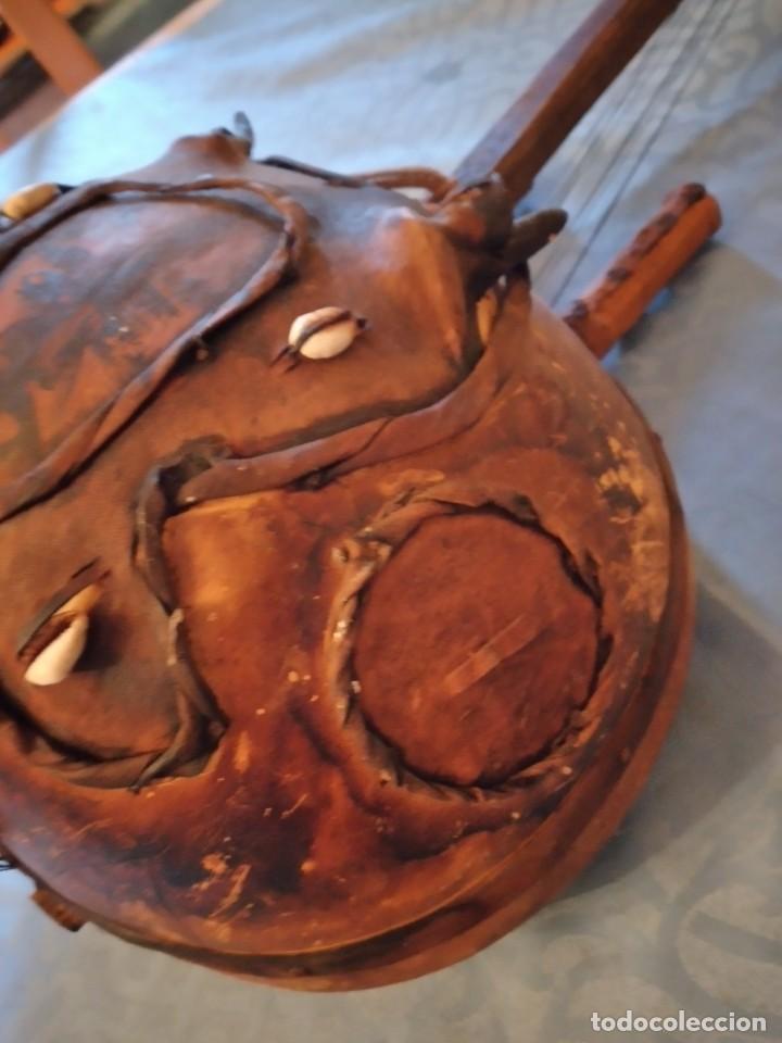 Instrumentos musicales: Antigua kora africana hecha de calabaza,cuero de cabra,madera y conchas,pintada a mano - Foto 9 - 246144685