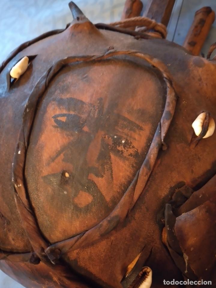 Instrumentos musicales: Antigua kora africana hecha de calabaza,cuero de cabra,madera y conchas,pintada a mano - Foto 10 - 246144685