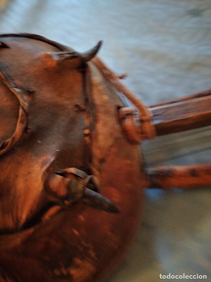 Instrumentos musicales: Antigua kora africana hecha de calabaza,cuero de cabra,madera y conchas,pintada a mano - Foto 11 - 246144685