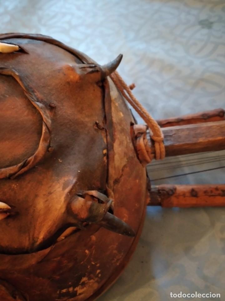Instrumentos musicales: Antigua kora africana hecha de calabaza,cuero de cabra,madera y conchas,pintada a mano - Foto 12 - 246144685