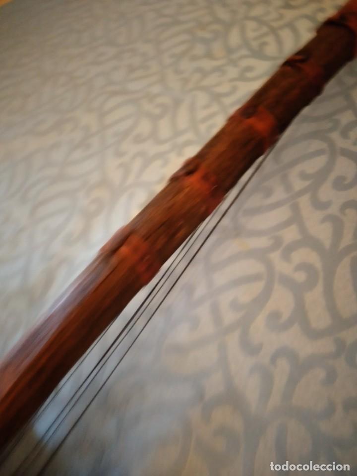 Instrumentos musicales: Antigua kora africana hecha de calabaza,cuero de cabra,madera y conchas,pintada a mano - Foto 13 - 246144685