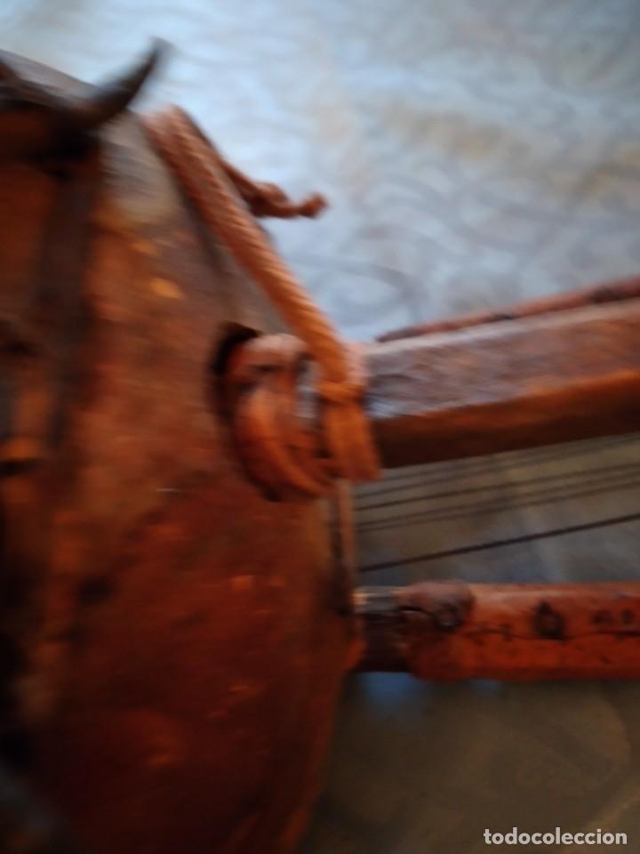 Instrumentos musicales: Antigua kora africana hecha de calabaza,cuero de cabra,madera y conchas,pintada a mano - Foto 15 - 246144685