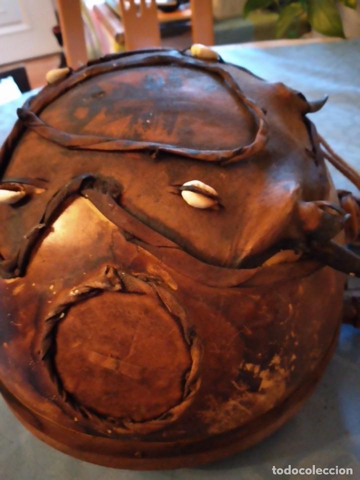 Instrumentos musicales: Antigua kora africana hecha de calabaza,cuero de cabra,madera y conchas,pintada a mano - Foto 16 - 246144685