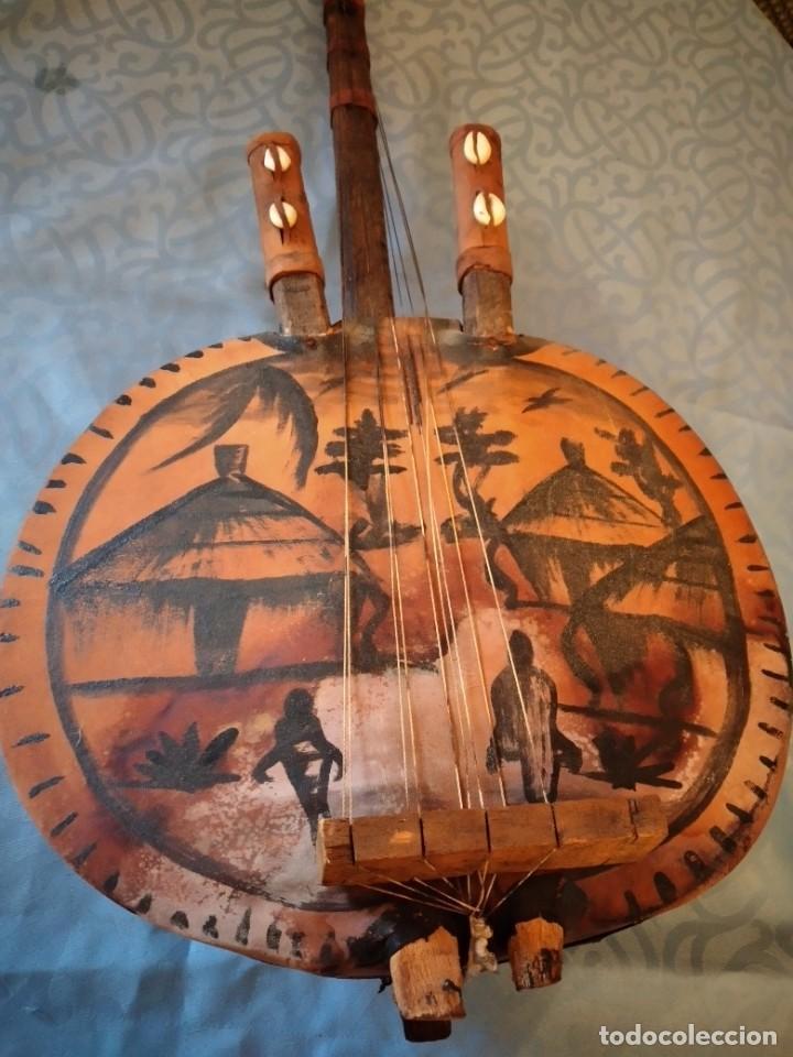 Instrumentos musicales: Antigua kora africana hecha de calabaza,cuero de cabra,madera y conchas,pintada a mano - Foto 17 - 246144685