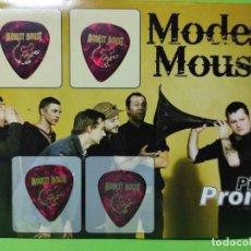 Instrumentos musicales: MODEST MOUSE. COLECCIÓN DE 4 PÚAS DE GUITARRA.. Lote 248285640
