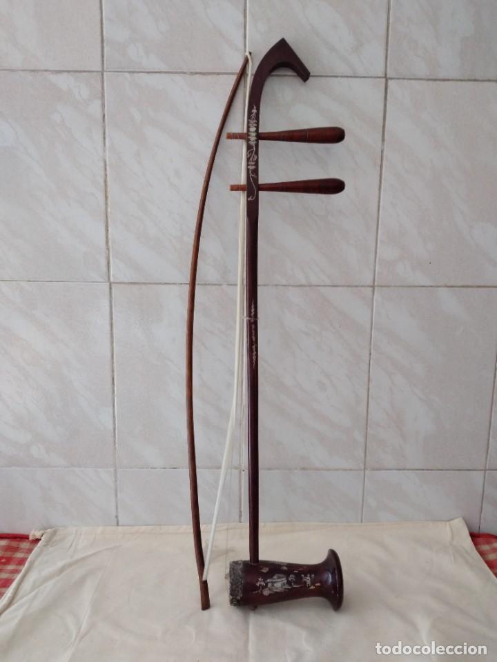 INSTRUMENTO MUSICAL BANHU,CHINO DE 2 CUERDAS,MADERA NOBLE CON INCRUSTACIONES DE NÁCAR Y PIEL DE SERP (Música - Instrumentos Musicales - Cuerda Antiguos)