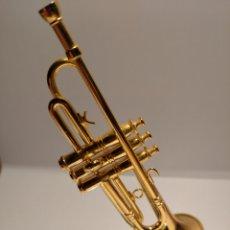 Instrumentos musicales: TROMPETA EN MINIATURA DE METAL CON SOPORTE. MINI TROMPETA DORADA.. Lote 254050595