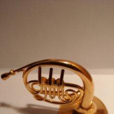 Instrumentos musicales: TROMPA EN MINIATURA DE METAL. MINI TROMPA DORADA.. Lote 254056130