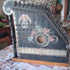 Instrumentos musicales: ANTIGUA CITARA , CONCERT MANDOLIN ZITHER 80 CUERDAS, MADERA POLICROMADA.. Lote 254594645