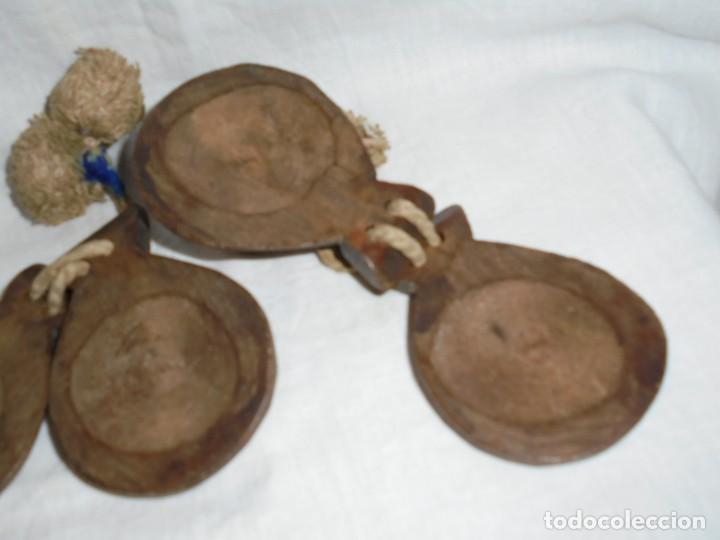 Instrumentos musicales: ANTIGUAS CASTAÑUELAS DE MADERA PINTADAS A MANO Y CON BORLAS - Foto 4 - 255003540