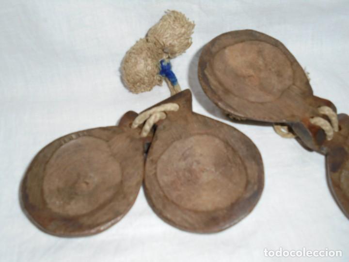 Instrumentos musicales: ANTIGUAS CASTAÑUELAS DE MADERA PINTADAS A MANO Y CON BORLAS - Foto 5 - 255003540