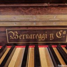 Instrumentos musicales: PIANO ANTIGUO DE 1900 CON DOS BANQUETAS EN MADERA Y PIEL. Lote 260342950