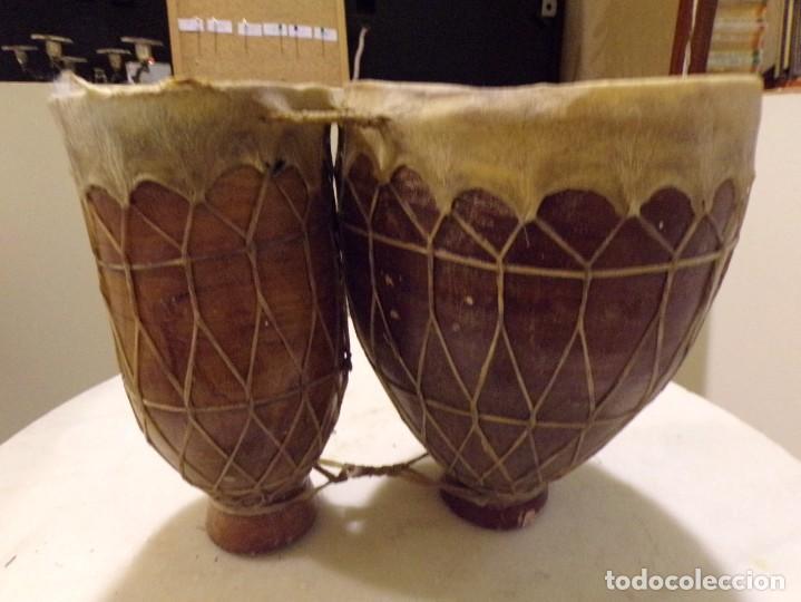 Instrumentos musicales: grande bongos tambores etnicos africanos de ceramica y piel en buen estado - Foto 2 - 262703575