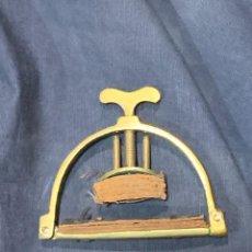 Instrumentos musicales: PINZA ZAPATA INSTRUMENTO CUERDA PUENTE MODULAR BRONCE ACERO PIEL CUERO S XVIII XIX 5X7,5CMS. Lote 263189890