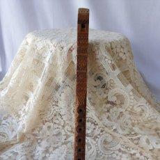 Instrumentos musicales: ANTIGUA FLAUTA DE MADERA TALLADA. BASE RECTANGULAR. Lote 267360719
