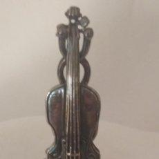 Instrumentos musicales: VIOLONCHELO EN MINIATURA CON BAÑO DE PLATA. Lote 269308103