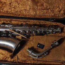 Instrumentos Musicais: AMTIGUO MAGNIFICO SAXOFÓN LATON CROMADO 70 CM 2,3 KG CON MALETA ORIGINAL. Lote 260091410