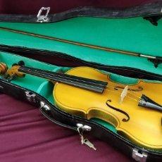 Instrumentos musicales: VIOLÍN DE 59CM, CAJA MARCA DONGLIN Y 2 CUERDAS. Lote 274798348
