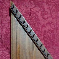 Instrumentos musicales: INSTRUMENTO MUSICAL DE CUERDA - ANTIGUA CITARA DE MADERA -. Lote 277024603
