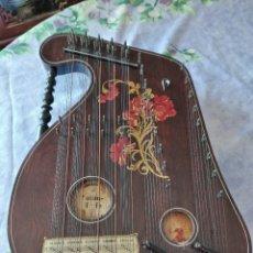 Instrumentos musicales: ANTIGUA CITARA , ZITHER 43 CUERDAS, MADERA POLICROMADA. CON ANILLO PUA DE METAL.. Lote 290330883