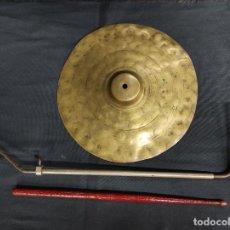 Instrumentos musicales: ANTIGUO PLATO PLATILLO DE BATERIA CON SOPORTE Y BAQUETA -. Lote 291199758