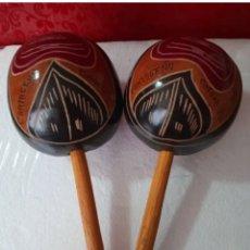 Instrumentos musicales: ESPECTACULAR MARACAS ANTIGUAS DE COLOMBIA HECHAS Y POLICROMADAS A MANO AÑOS 1950 CARTAGENA DE INDIAS. Lote 292390358
