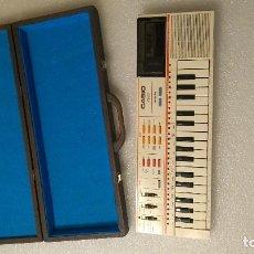 Instrumentos musicales: TECLADO PIANO CASIO PT 82 FUNCIONANDO CON ROM DE CANCIONES Y MALETÍN DE TRANSPORTE. Lote 293943843