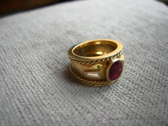 diseo exclusivo del diseador realizado en oro rubi y diamantes talla trapecio