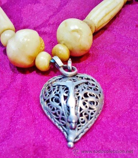 Joyeria: Interesante collar popular antiguo de hueso, s. XVIII. Cristo de plata, 2 medallas y cinta de seda. - Foto 3 - 47441670