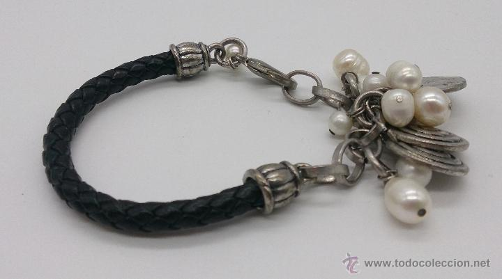 Joyeria: Original pulsera en cuero, metal plateado, perlas cultivadas blancas y dijes en forma de monedas . - Foto 2 - 53267613