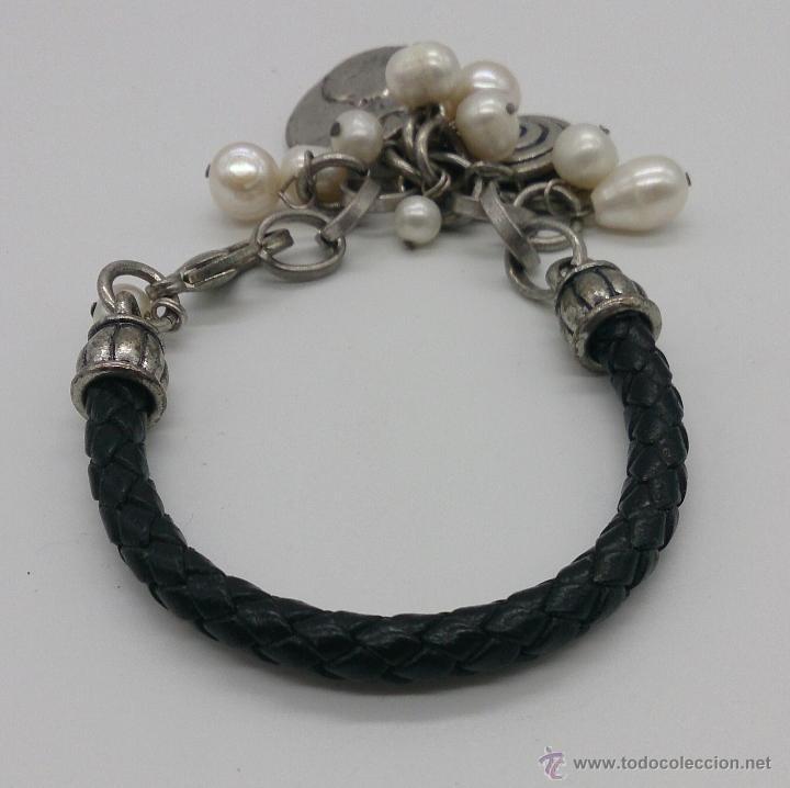 Joyeria: Original pulsera en cuero, metal plateado, perlas cultivadas blancas y dijes en forma de monedas . - Foto 3 - 53267613