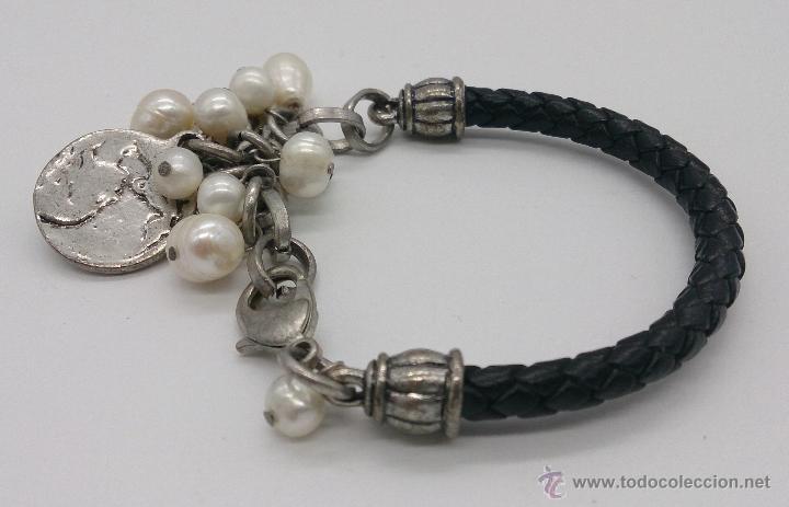 Joyeria: Original pulsera en cuero, metal plateado, perlas cultivadas blancas y dijes en forma de monedas . - Foto 4 - 53267613